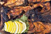 üzerine limon ve yeşil ile barbekü ızgara balık filetosu. mangalda balık limon dilimleri ile dekore edilmiştir. — Stok fotoğraf