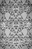 Ornament aus weintrauben, traubenmost blätter an der wand der kirche in monochrom — Stockfoto