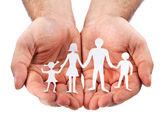 Aile beyaz zemin üzerine karton şekiller. — Stok fotoğraf