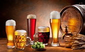 Beer barrel and draft beer by the glass. — Stockfoto