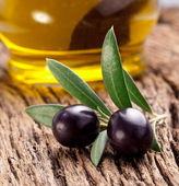 Mogna svarta oliver med blad. — Stockfoto
