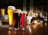 Vasos de cerveza clara y oscura. — Foto de Stock