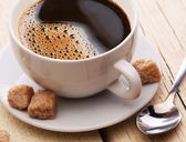 Taza de café con azúcar morena. — Foto de Stock