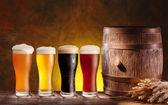 Biergläser mit einem holzfass. — Stockfoto