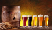 Beer glasses with a wooden barrel. — Foto Stock
