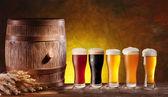 Vasos de cerveza con un barril de madera. — Foto de Stock