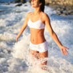 hermosa chica feliz en las olas del mar — Foto de Stock