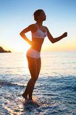 Sexy sportliche frau am strand. — Stockfoto