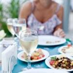 cena romántica con vino blanco — Foto de Stock