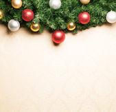 Kerstdecoratie met sparren en kerstballen. — Stockfoto