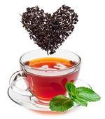 šálek čaje a čajové lístky. — Stock fotografie