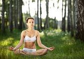 Practicando al aire libre de yoga. — Foto de Stock