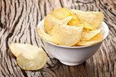 Kartoffel-chips in eine schüssel geben. — Stockfoto