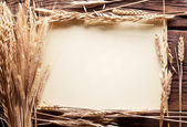 Espigas de trigo no quadro na velha mesa de madeira de forma. — Fotografia Stock