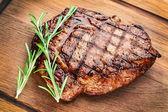 Biefstuk op een houten tafel. — Stockfoto