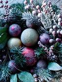 Weihnachtsdekoration mit tanne und kugeln. — Stockfoto