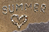 "Word ""Summer"" and heart symbol made with marine shingles. — Stock Photo"