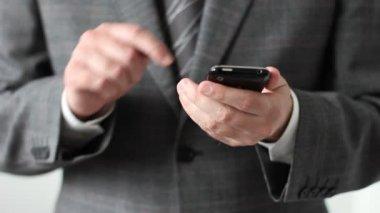 Affärsman som arbetar med mobiltelefon — Stock video