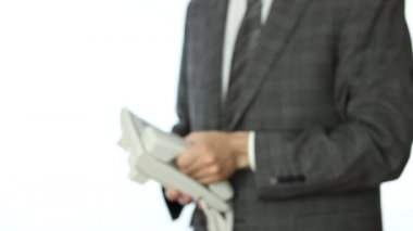 Uomo d'affari, offrendo la cornetta del telefono — Video Stock