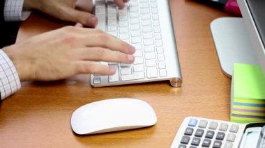 Uomo d'affari, lavorando su una prospettiva di tastiera — Video Stock