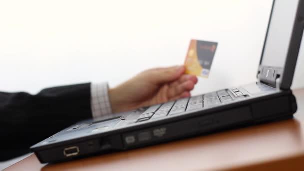 Usando tarjeta de crédito para compras tienda en internet — Vídeo de stock