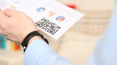QR code scan on smartphone without zooming — Stock Video