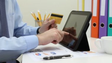 E-commerce payment on tablet pc — 图库视频影像