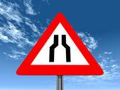 Uyarı işareti yolun her iki tarafta daraltır — Stok fotoğraf