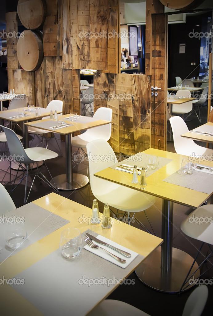 木制的餐厅 - 图库图片