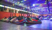 Carros no parque de diversões — Fotografia Stock