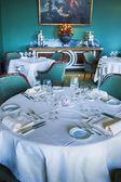 レストラン内のテーブル — ストック写真