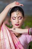 Hermosa chica india del vestido nacional indio en invernadero — Foto de Stock