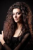Güzel uzun kıvırcık saçlı glamour genç kız portresi — Stok fotoğraf