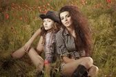 Dvě krásné zenske těší v přírodě — Stock fotografie