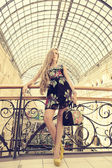 Fashion woman walking to the boutiques — Stock Photo