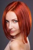 Rött hår. vacker kvinna med kort hår — Stockfoto
