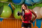 Donna sportiva facendo esercizi nel centro palestra — Foto Stock