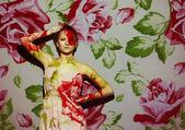 Portrait créatif, mode femme avec image couleur sur son visage — Photo