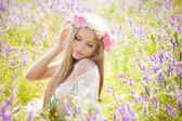Mooie vrouw genieten van in de natuur — Stockfoto