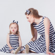 Young mother playing with daughter — Stockfoto