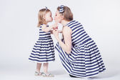 Young mother playing with daughter — Foto Stock