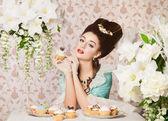 Ouderwetse sexy vrouw met cupcake — Stockfoto