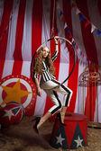 Sirkte akrobat kadın moda — Stok fotoğraf
