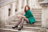Retrato de una mujer joven en las calles de la ciudad vieja — Foto de Stock