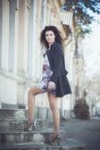 Retrato de uma jovem mulher nas ruas da cidade velha — Foto Stock