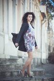 Porträtt av en ung kvinna på gatorna i gamla stan — Stockfoto