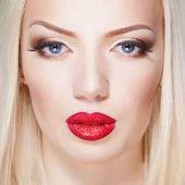 Beautiful red lips, portrait of sexy blonde woman — ストック写真