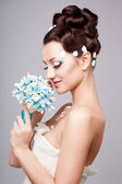 Beautiful bride with fashion hairstyle and make-up — Stock Photo