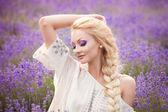 Romantik lavanta alanda güzel bir kadın portresi — Stok fotoğraf