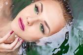 Atraktivní žena ve vodě s Glamour make-up — Stock fotografie
